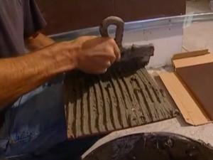 Нанесение раствора зубчатым шпателем на плитку