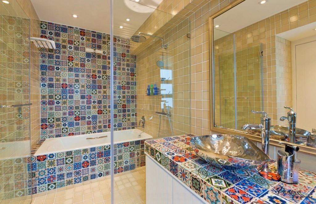 Укладка мозаики отлично смотрится, если кафель имеет светлые цвета, весело и ярко