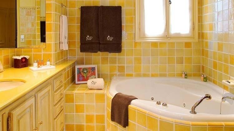 Зеленый интерьер ванной комнаты, также как и голубой успокаивающее действует на владельца квартиры