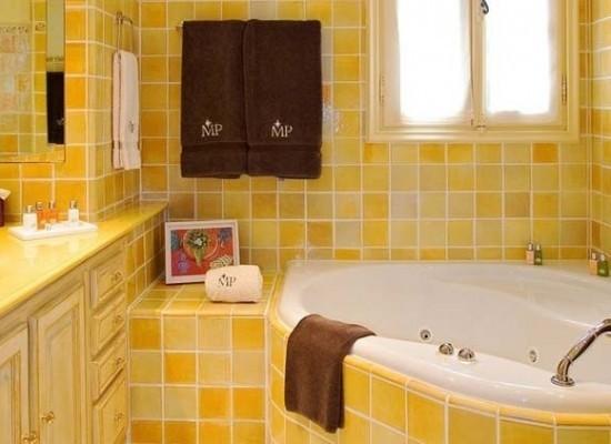Оригинальный дизайн маленькой ванной комнаты выложенной кафельной плиткой