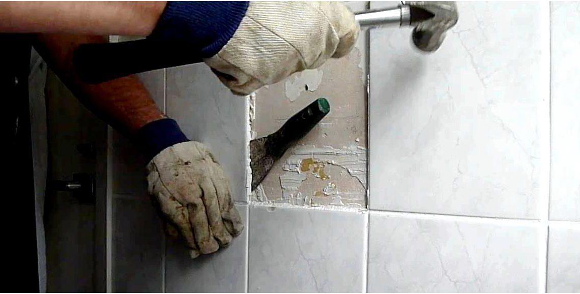 Отбивание плитки с применением молотка и шпателя. Если делать аккуратно, то плитка снимается без повреждений