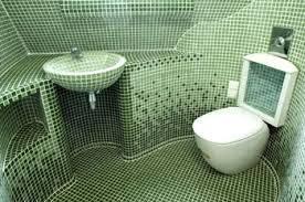 Зеленая мозаика, яркий и красивый вариант, в которой перекликаются цвета всех сантехнических атрибутов