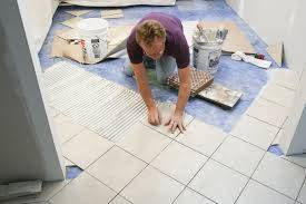 Процесс укладки плитки хоть и отнимает много времени, но очень интересен