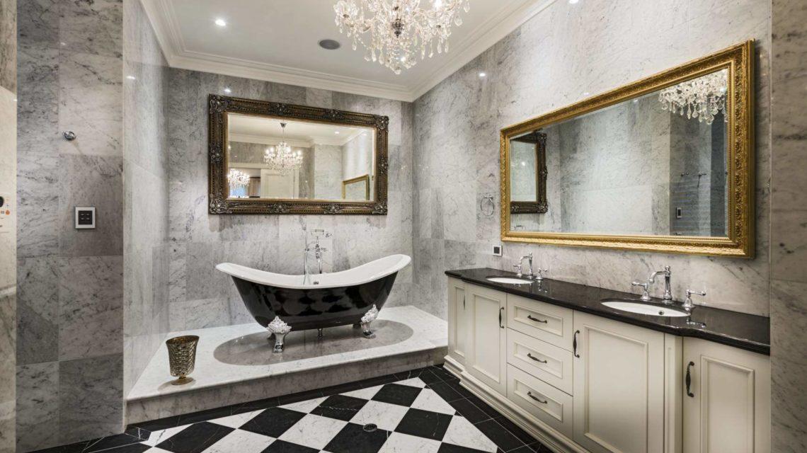 Оригинальный серо-черно-белый вариант оформления ванной. Вся атрибутика в интерьере смотрится очень стильно