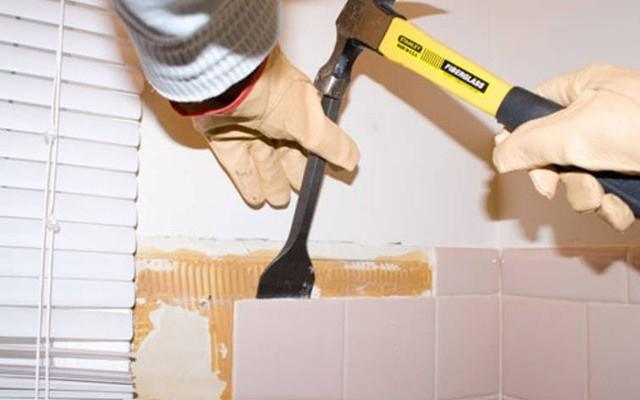 Демонтаж плитки молотком и зубилом