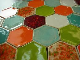 Отличный красивый внешний вид фигурной плитки не может оставить равнодушным. Особенно такие цветные варианты