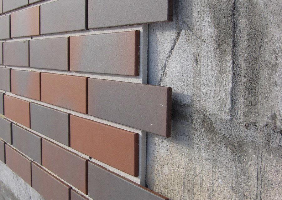 Клинкерная плитка напоминает кирпичную кладку, но благодаря широкой цветовой гамме, может создавать множество декоров