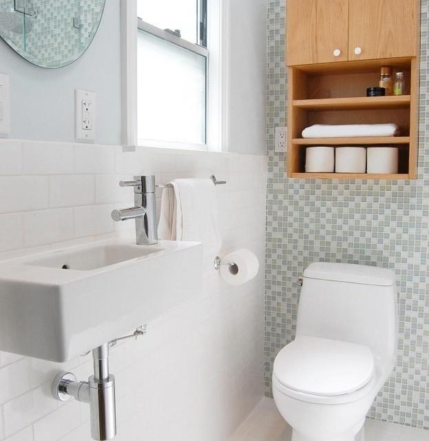 Красивый туалет выложенный мозаичной плиткой