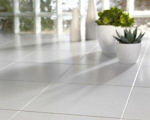 Самый распространенный, классический способ укладки плитки, лучше всего смотрится, когда для его реализации применяется белоснежная плитка