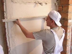 Выравнивание стен процесс очень ответственный. Многие предпочитает самостоятельному выравниванию, вызов мастера. Их выбор зачастую оправдан, все таки отделочники делают эту работу качественнее