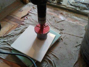 Специальная насадка поможет сделать вам вырез правильных размеров на плитке для электрики