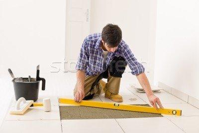 Укладка плитки на пол с использованием уровня