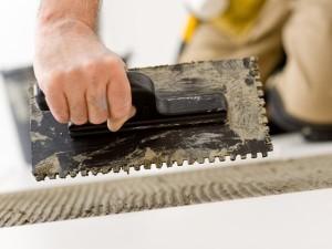 Зубчатый шпатель обеспечивает ровное распределения клея по поверхности