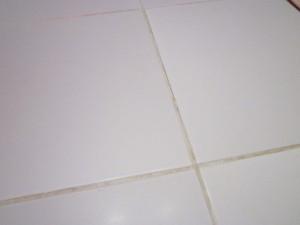 Светлая фуга на белой плитке