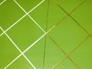 Светлая фуга на зеленой однотонной плитке смотрится очень привлекательно, если сравнивать с темным вариантом затирки