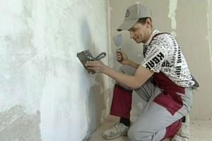 Работать лопаткой и шпателем намного удобней. В случае самостоятельного выравнивания стен, вы убедитесь в этом сами