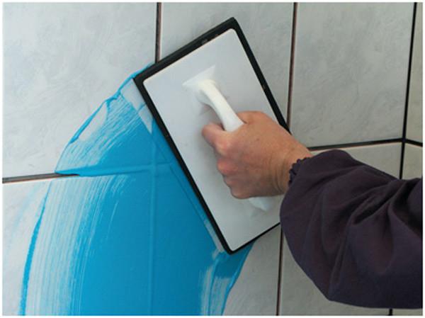 Если вы решили заделывать швы между плитками самостоятельно, можете использовать способ указанный на картинки. Для более экономичного расхода фуги применяется маленький шпателек