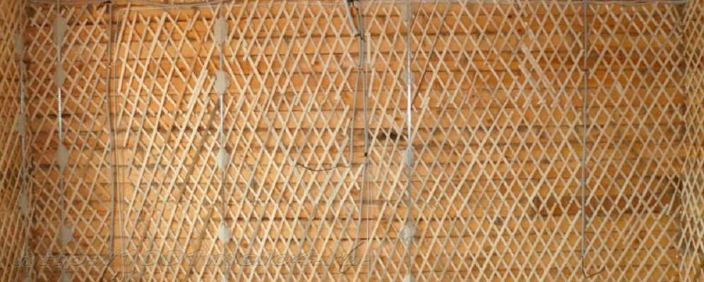 Дранка на стене обеспечивает лучшую сцепляемость раствора. Применяется достаточно часто, так как очень эффективна