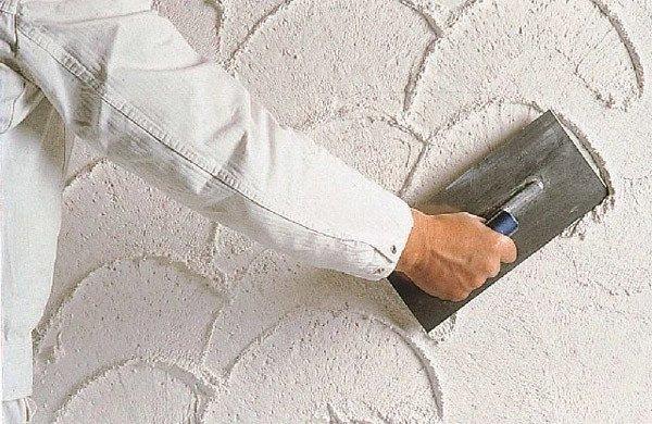 Как декоративно оштукатурить стены видео