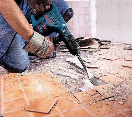 Отбивание плитки перфоратором - специальной насадкой - лопатка