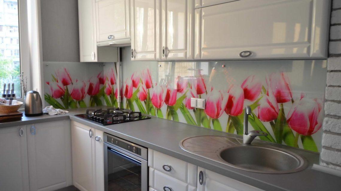 Яркие цветы на фартуке, способны радовать и создавать настроение хозяйке во время готовки завтраков, обедов и ужинов