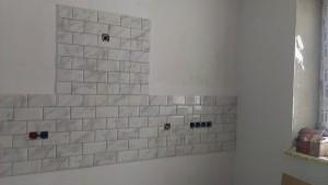 Специальные вырезы под розетки на плитке лучше делать заранее, процесс сверление стены с уже положенной плиткой, может сильно испортить ваш кафель