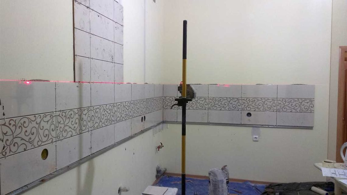 Принцип укладки со второго ряда схож с укладкой плитки на фартук, также крепят крепление и укладывают