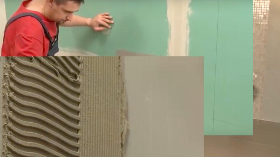 Нанесите клей зубчатым шпателем на поверхность стены и выровняйте слой.