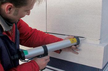 Герметизацию швов можно производить шпателями или такими устройствами
