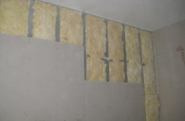 Благодаря применению гипсокартона, получается существенно выровнять стены