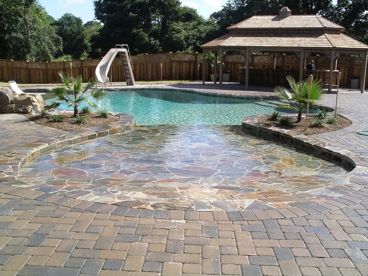 каменная плитка и бассейн