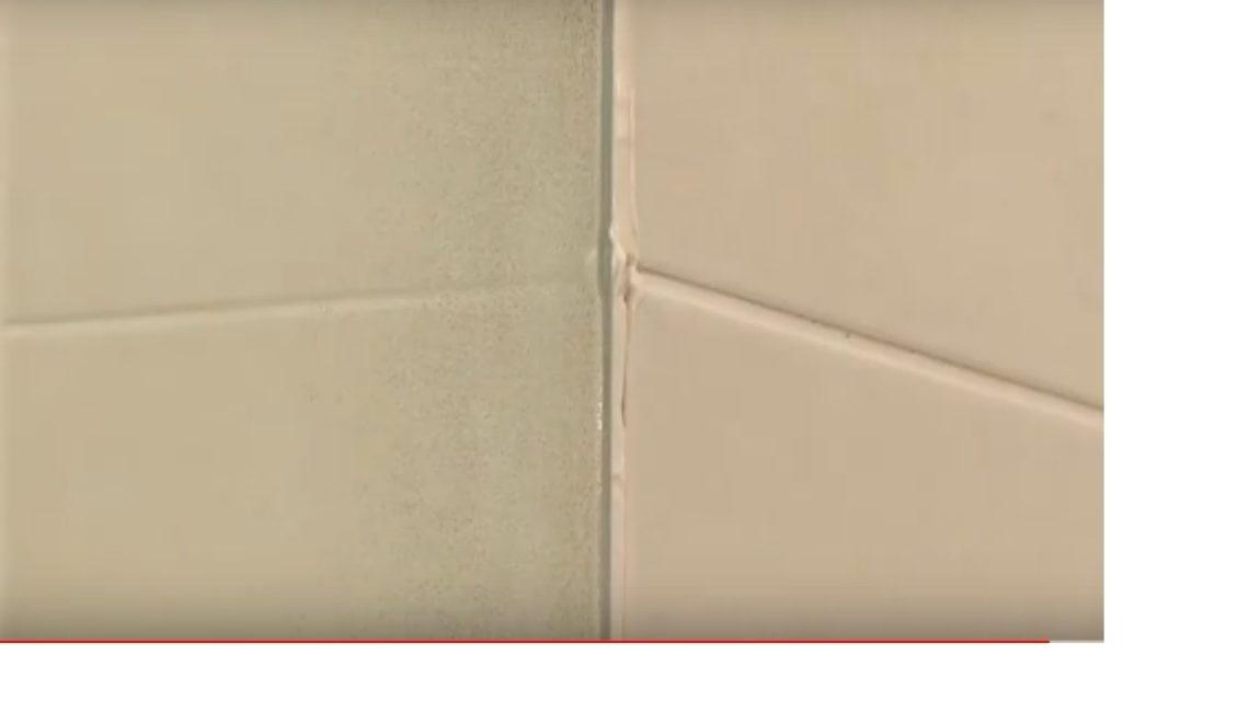 Если у вас остались лишние «бугорки» затирки, вы можете избавиться от них наждачкой: просто пошлифуйте шов.