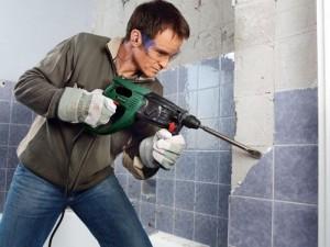 Старую плитку лучше всего демонтировать перфораторам. Это наиболее быстрый способ. Единственный недостаток, большое количество строительной пыли