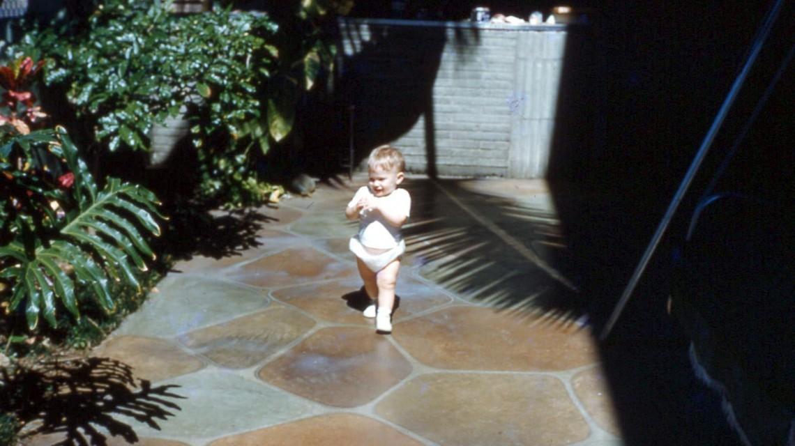 Ребенок на каменной плитке