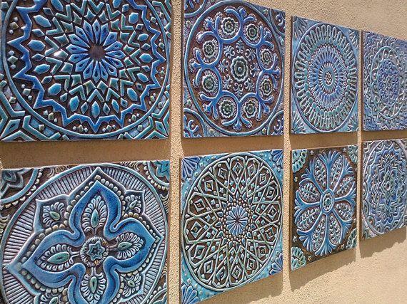 Рисунок на голубой керамической плитке
