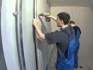 Крепление гипсокартона саморезами. Процесс достаточно занятный, только большие листы подносить к стенке лучше с напарником