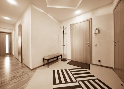 Светло темная кафельная вкладка на полу смотрится очень дорого и стильно