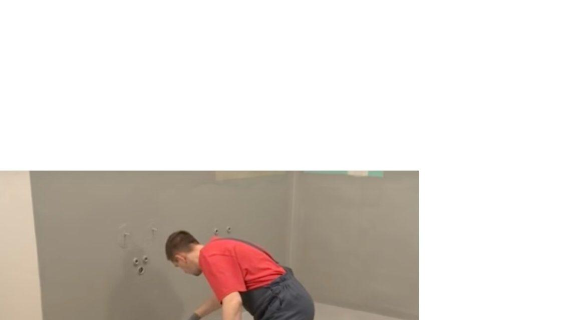 Шпателем или кистью нанесите 2 слоя гидроизоляции на пол и важные участки стен.
