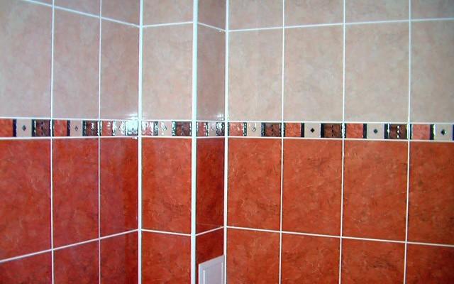 Пластиковые уголки отлично декорируют ванную комнату и красиво выделяют углы