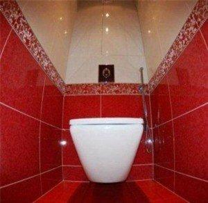 Уложенная в туалете плитка