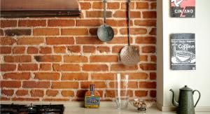 Кирпичная кладка отлично подходит помещениям в стиле ретро и смотрится, как не странно, достаточно дорого