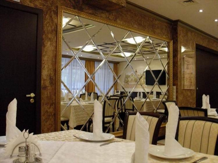 Красивое зеркало на стене ресторана